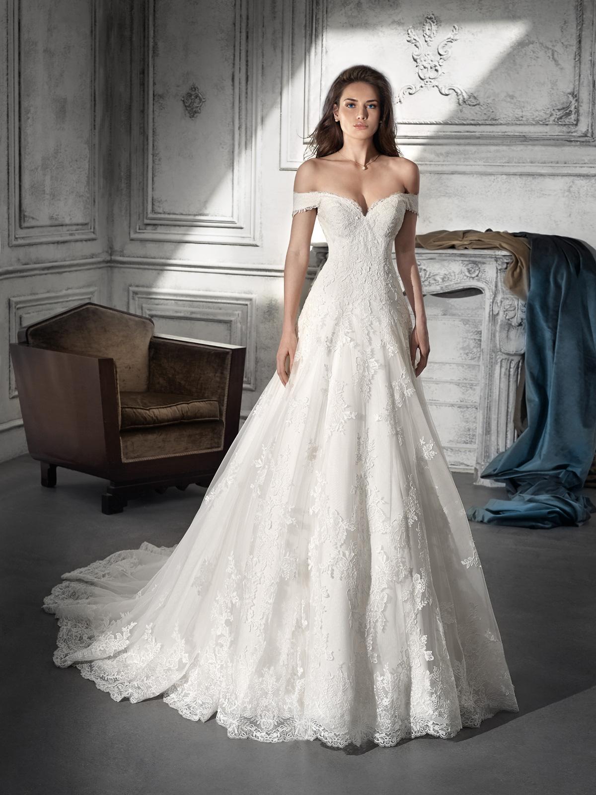 Vestido de Noiva de renda e lindíssimo decote ombro a ombro. Caimento impecável em corte clássico evasê !!