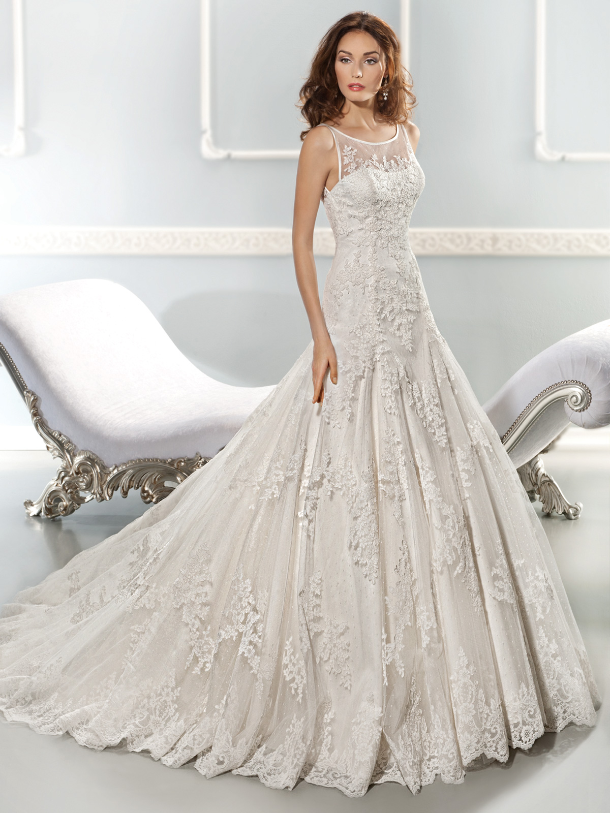 Vestido de Noiva semi sereia, todo em renda rebordada, com transparência no decote frente e costas, pregas na saia e leve cauda.