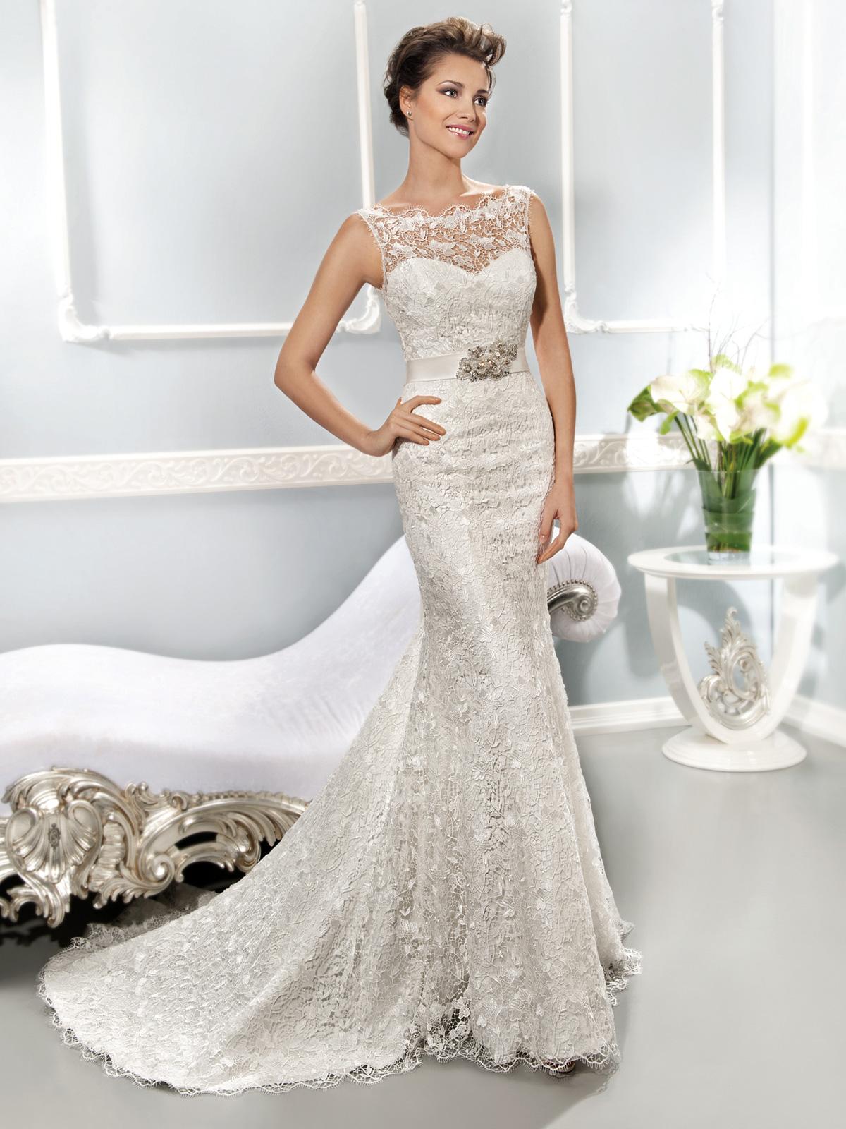 Vestido de Noiva justo em renda, com transparência no decote frente e atras V, cinto em cetim com aplique em pedraria, cauda arrastachão.
