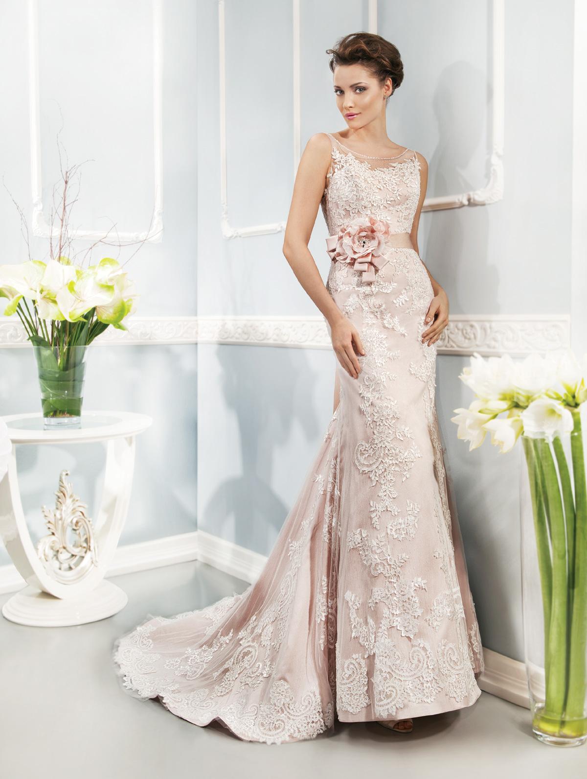 Vestido de Noiva justo, em renda, com transparência no decote, faixa com flor de tecido na cintura e leve cauda.