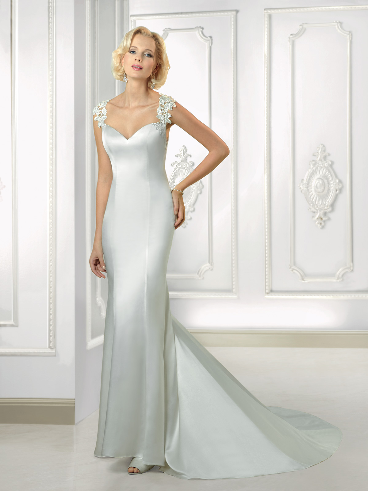 Vestido de Noiva com alças e decote princesa, costas com detalhe de transparência e renda guipure aplicada, todo confeccionado em cetim e corte sereia com leve cauda.