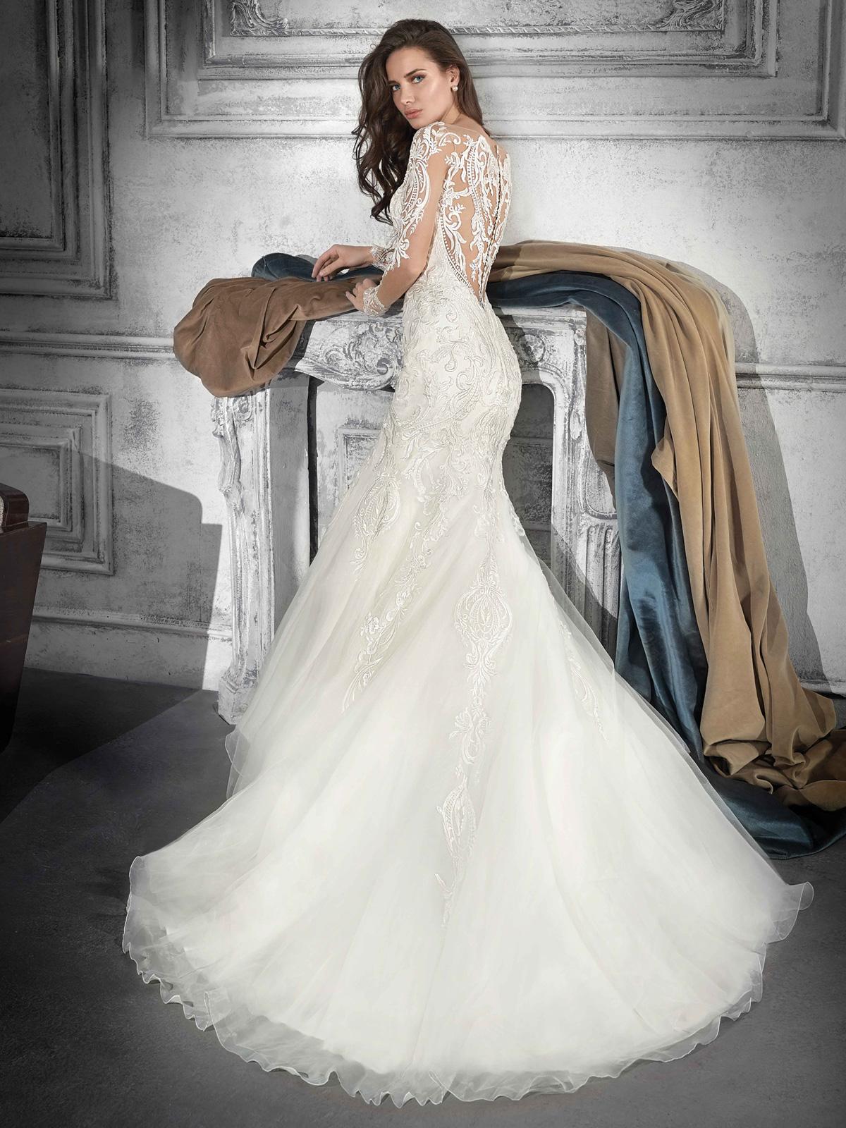 Vestido de Noiva de renda em arabescos com caimento sereia maravilhoso ! Caimento impecável e decote que valoriza a noiva !! Moderno e atual só tem uma palavra : deslumbrante !!