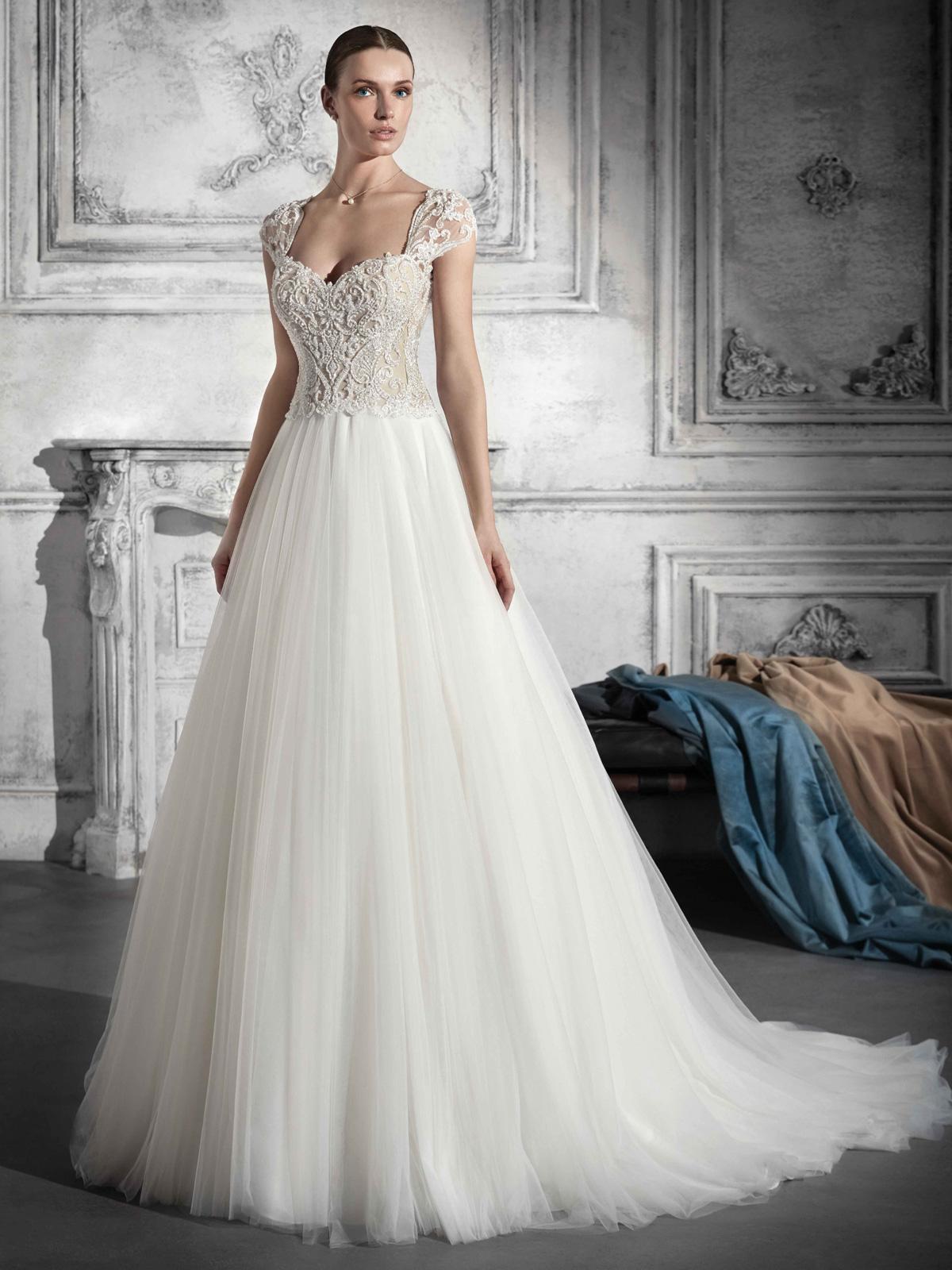Vestido de Noiva elegante e sofisticado ! Lindo caimento do decote com mangas e caimento perfeito !! Delicado e romântico com saia fluida em tulle francês !!