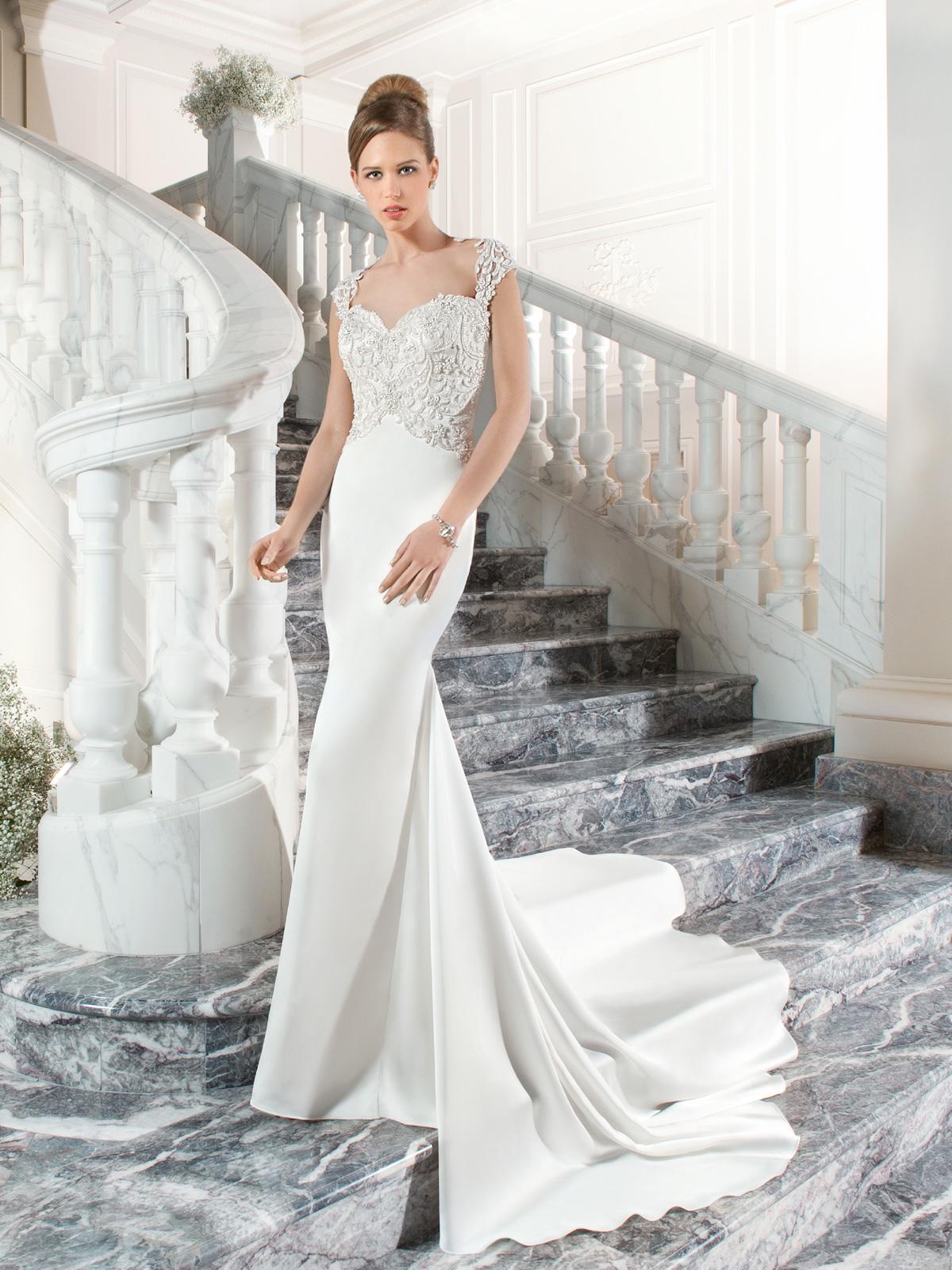 Vestido de Noiva com decote princesa, transparência nas costas, corte sereia com saia lisa em cetim e cauda.