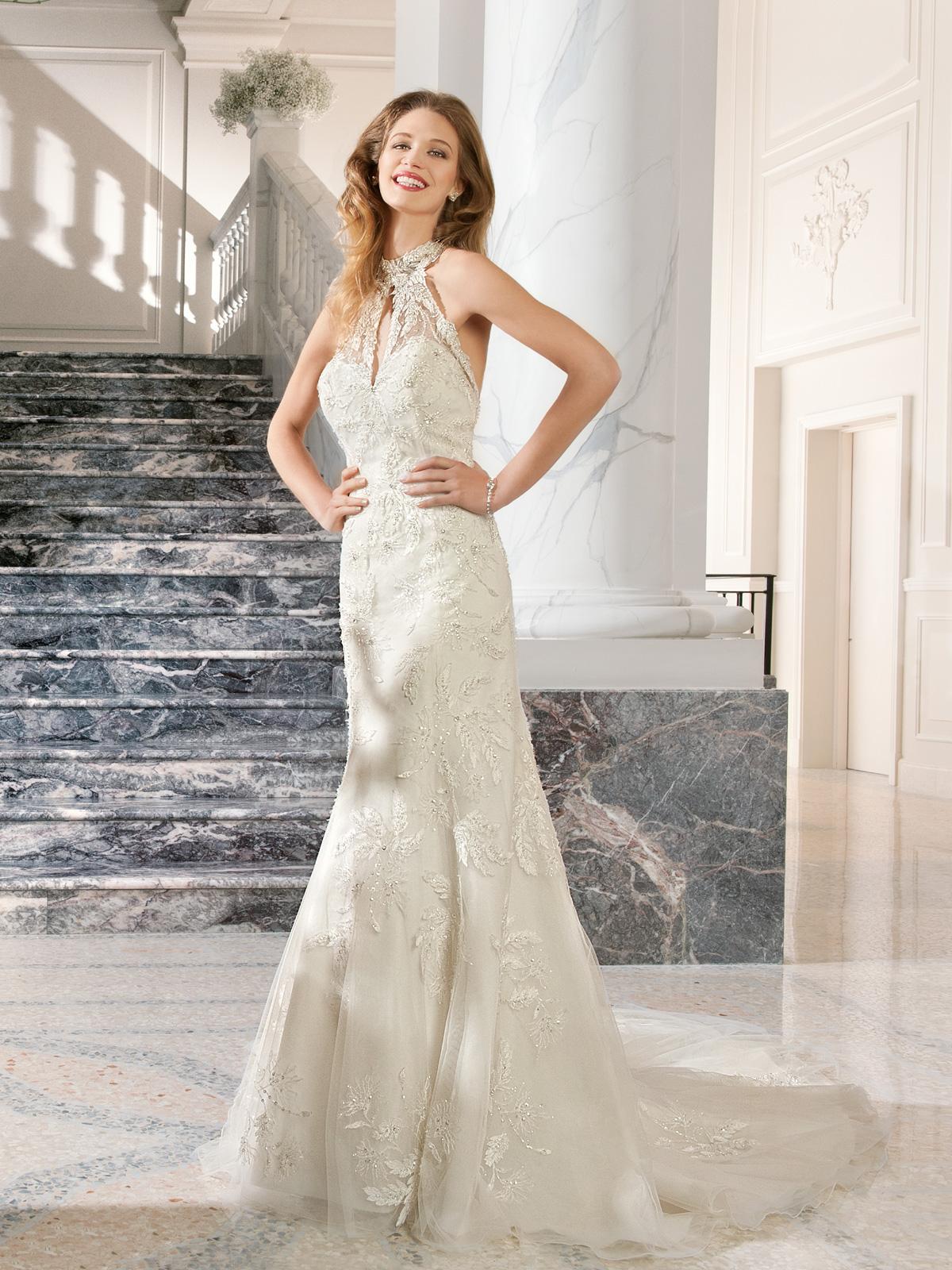 Vestido de Noiva com cava americana, sereia todo em renda bordada em pedrarias e cristais, decote profundo de costas e leve cauda.