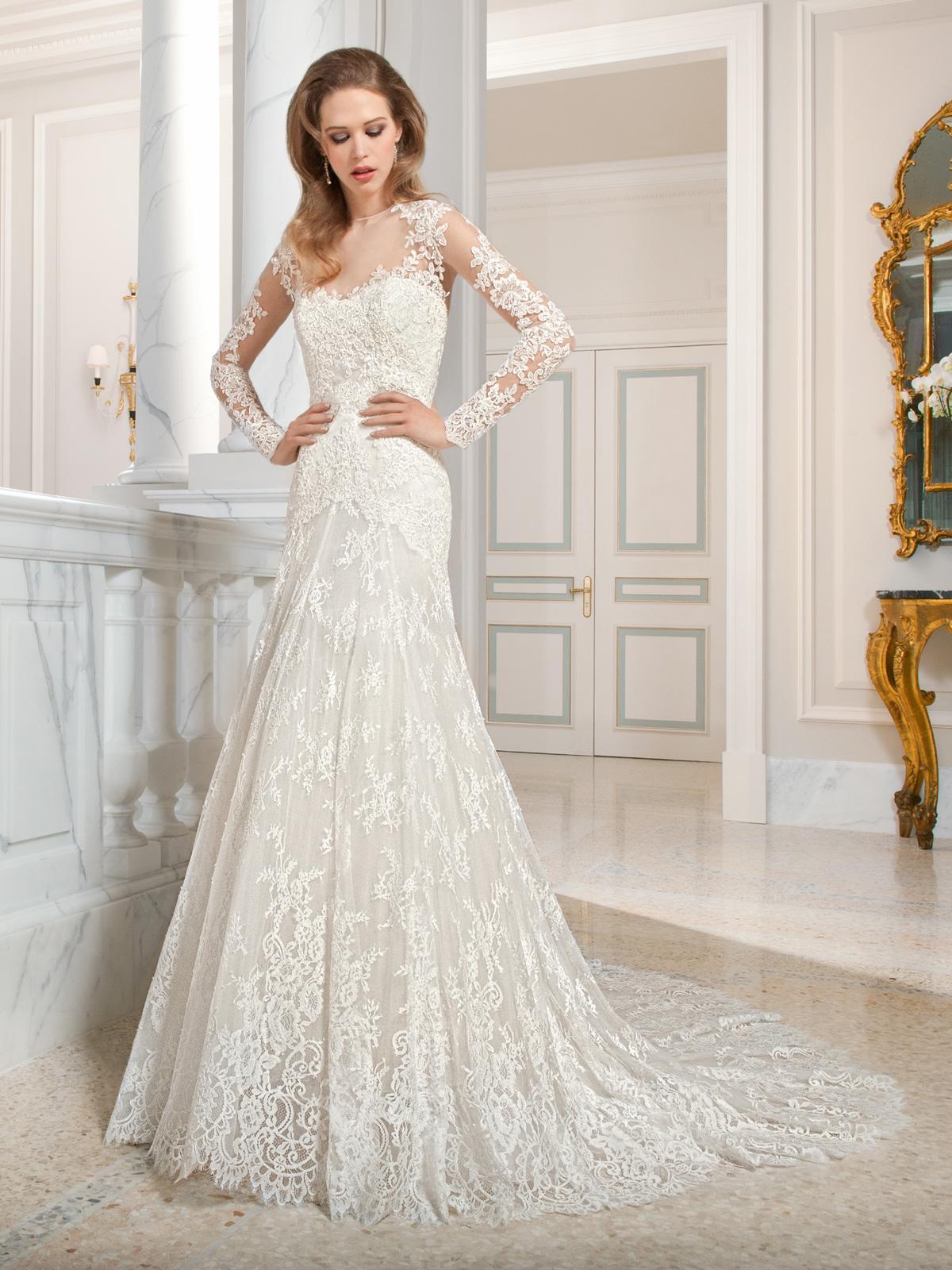 Vestido de Noiva sereia todo em renda chantily francesa, rebordado em pedrarias, com mangas longas, transparência nas costas e leve cauda.
