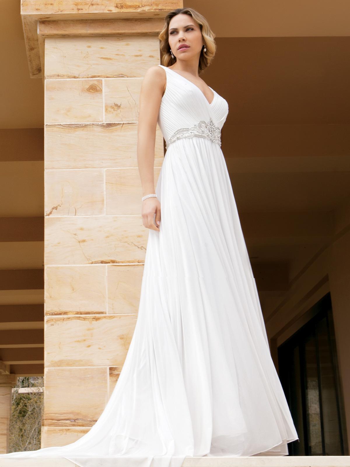Vestido de Noiva lânguido com decote em V, grega de bordado em fio de seda rebordada em pedrarias e cristais, confeccionado em musseline e leve cauda.