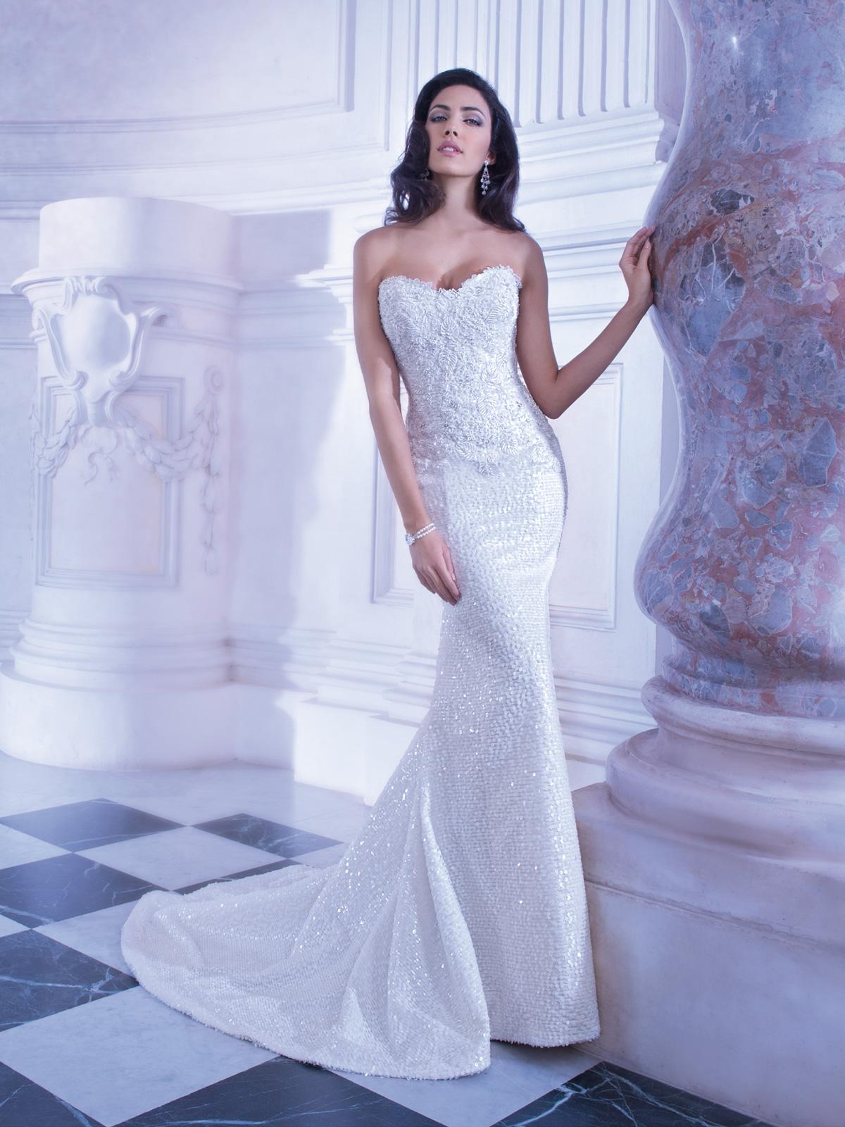 Vestido de Noiva moderno, tomara que caia, com corpo em renda francesa rebordada em pedrarias, saia sereia toda em mini paetês e cauda.