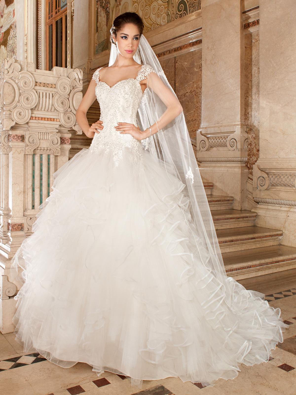 Vestido de Noiva Romântico, decote princesa e corpo todo com aplicações de renda rebordada em pedrarias, saia em camadas de tule em vários tamanhos e cauda.