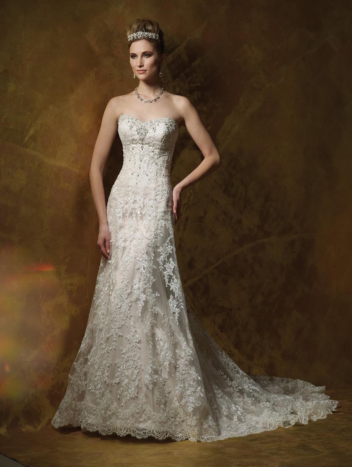 Vestido de Noiva tomara que caia, semi sereia, com sobreposição em renda rebordada em pedrarias com broche em cristais e leve cauda.